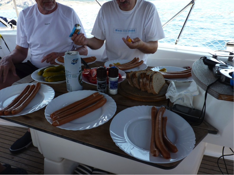 … etwas frugaler Imbiss mit Brot und heißen Würstchen für unterwegs