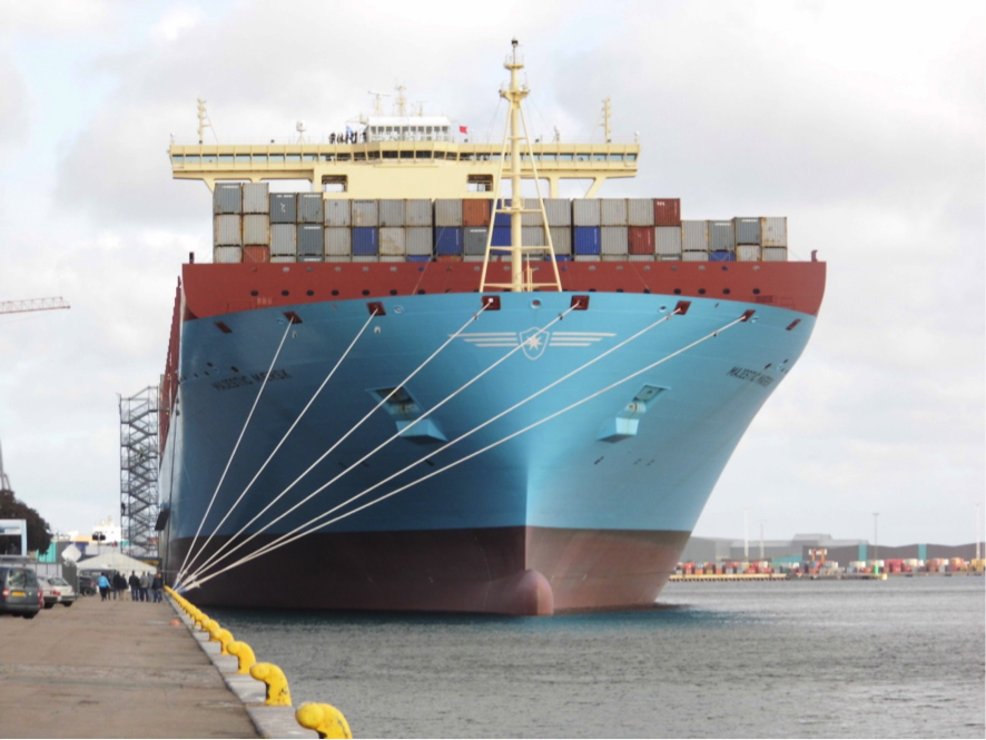 Die MAJESTIC MÆRSK in Kopenhagen am Kai Langelinie zur Schiffstaufe durch die Kronprinzessin Mary von Dänemark i September 2013 Länge 399 m; Breite 59 m; Seitenhöhe 30,3 m; Tiefgang max. 15,5 m Antrieb 80.700 PS, Geschwindigkeit max. 25 kn; Ladekapazität 18.300 Normcontainer