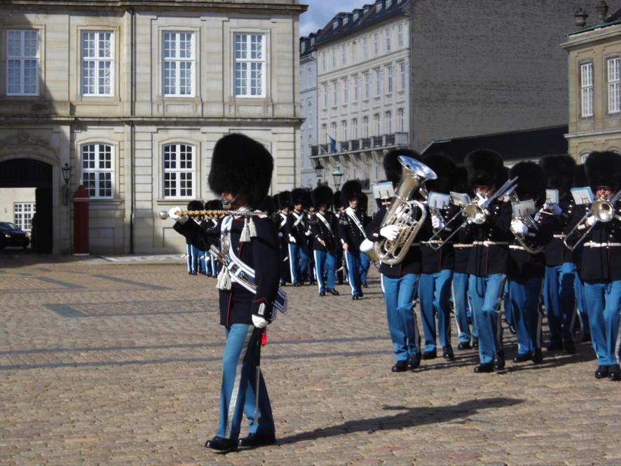 Die Palastwache des königl. Schlosses mit Musikcorps zur mittägl. Wachablösung in Kopenhagen